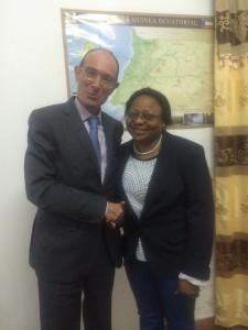 En la foto, el Sr. Pérez-Portabella junto a la Sra. Manuela Roka, vicerrectora de asuntos académicos de la UNGE