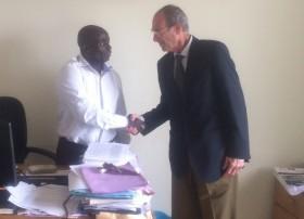 En la foto, el Sr. Pérez-Portabella junto al Sr. Jesús Esono, director de la Escuela de Capacitación Agraria de Bata